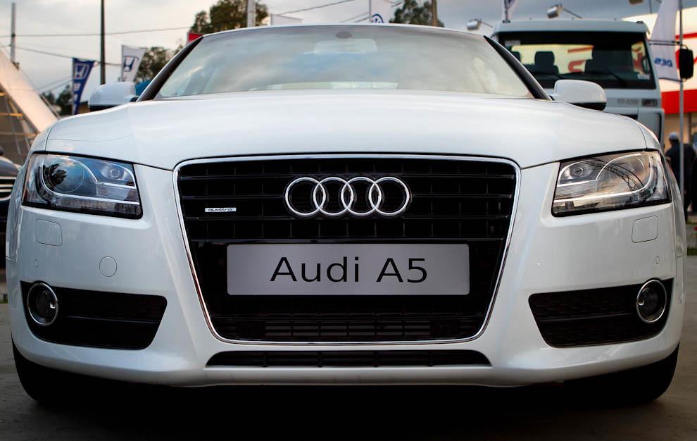 Un Audi A5 es exhibido con otros modelos de la firma en uno de los tantos stands de automóviles y maquinarias. (Tetsu Espósito - Mariano Roque Alonso, Paraguay)