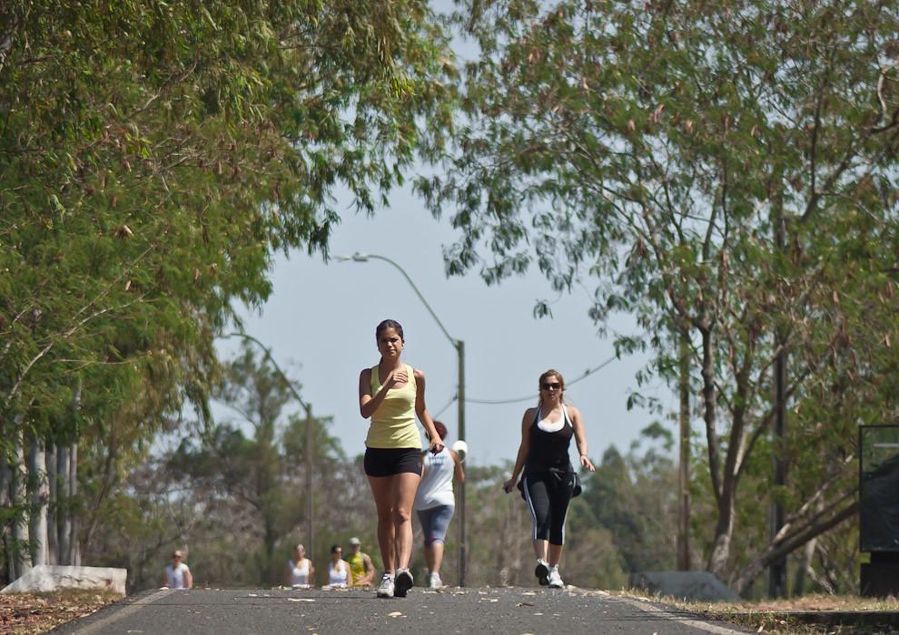 Actividades deportivas al aire libre se vieron el sábado 18 de setiembre en el Parque Ñu Guazú, principalmente la caminata y running son los mas ejercitados, tambien hay pesas, yoga, step y ciclismo. (Elton Núñez - Asunción, Paraguay)