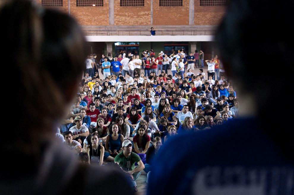 1000 jóvenes voluntarios se reúnen en el Polideportivo de la Parroquia San Cristobal para organizarse y presenciar el discurso de apertura de las construcciones el viernes 24 por la noche. (Elton Núñez - Asunción, Paraguay)