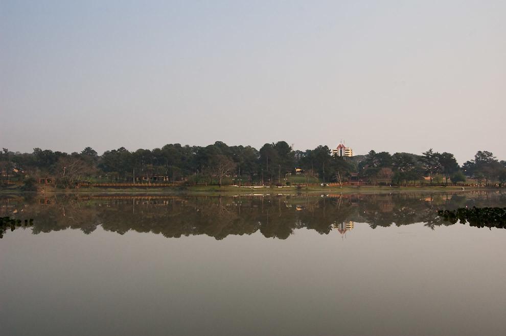 """El conocido """"Lago de la República"""" ubicado en el corazón de la Ciudad, es un hermoso lago que se alimenta del Arroyo Amambay, brinda una agradable vista a las personas que pasean o hacen deportes en los parques de su alrededor. (Elton Núñez - Ciudad del Este, Paraguay)"""