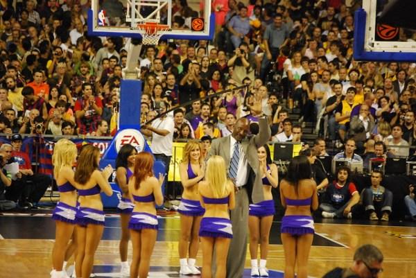 James Worthy y las cheerleaders de los Lakers