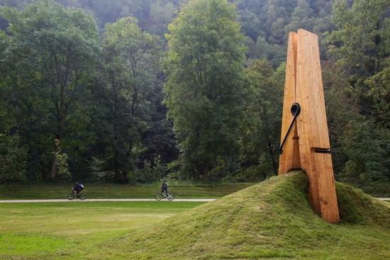 Anticlinal pinzado en la Exposition d'Art contemporain del parque de Chaudfontaine, Bélgica