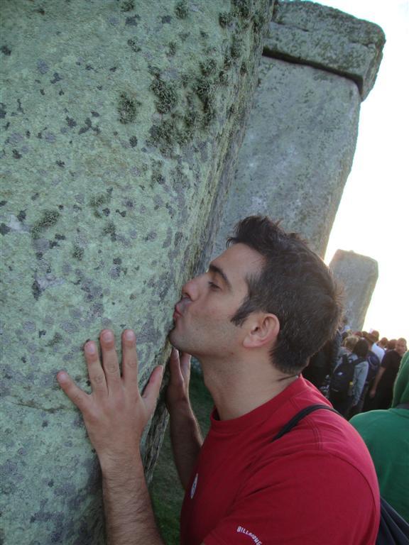 Teniendo la gran oportunidad de dar un beso a las piedras