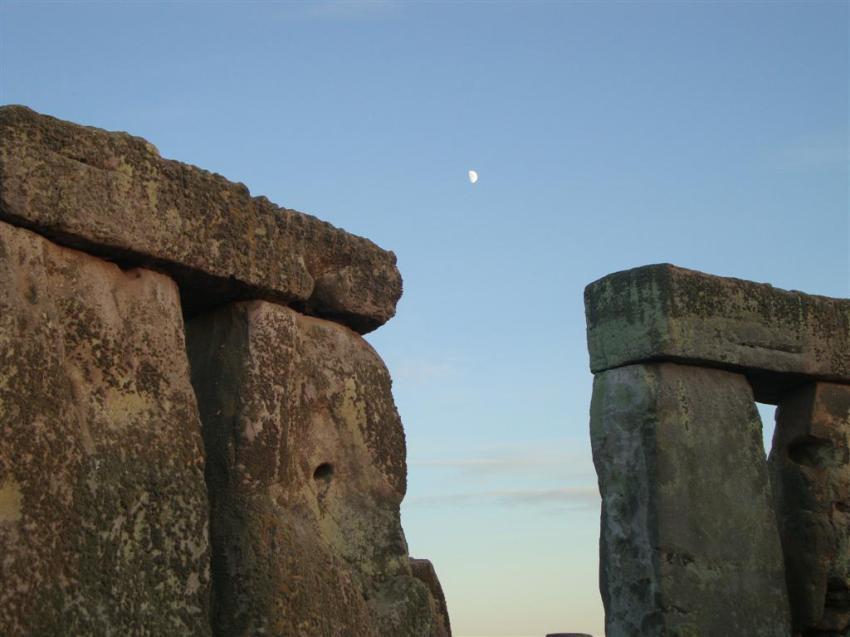 La luna, compartiendo cielo con el sol, en el día más largo del año