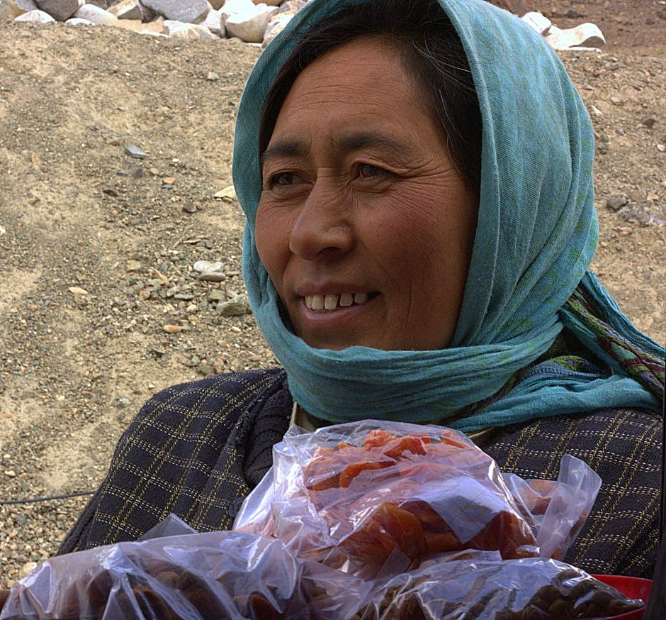 Paddlers hawking local fruits to tourists on the way to Ladakh by road
