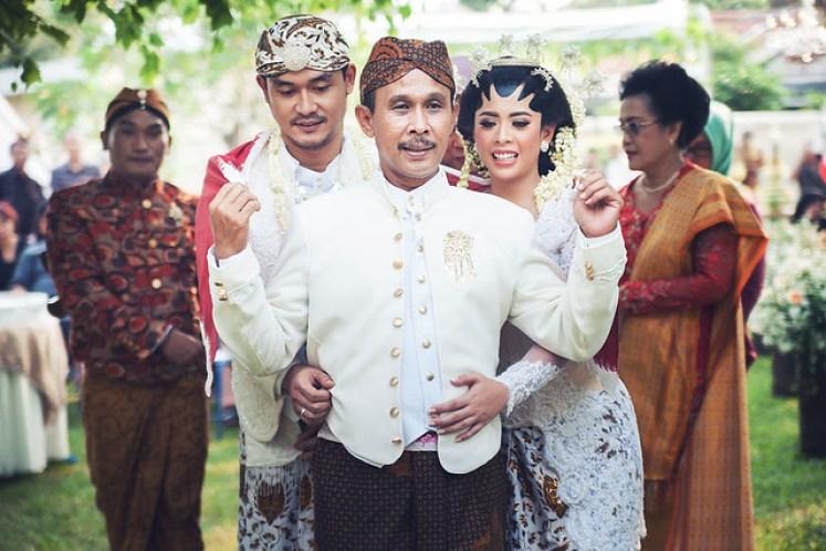 gofotovideo pernikahan outdoor adat jawa di rumah sarwono 233