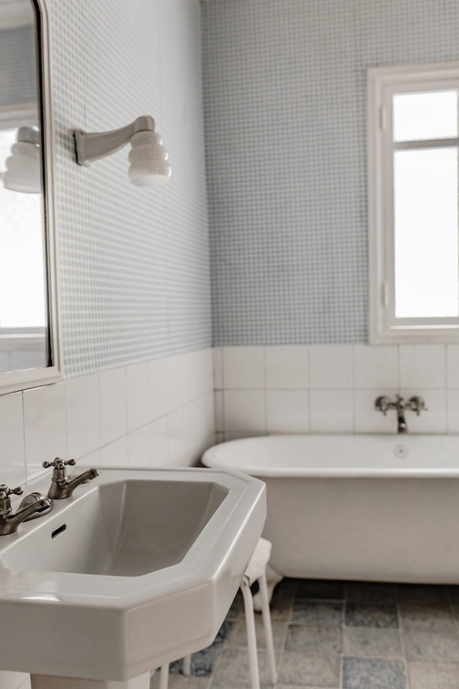 Bathroom_the_house_falling_from_the_sky-11