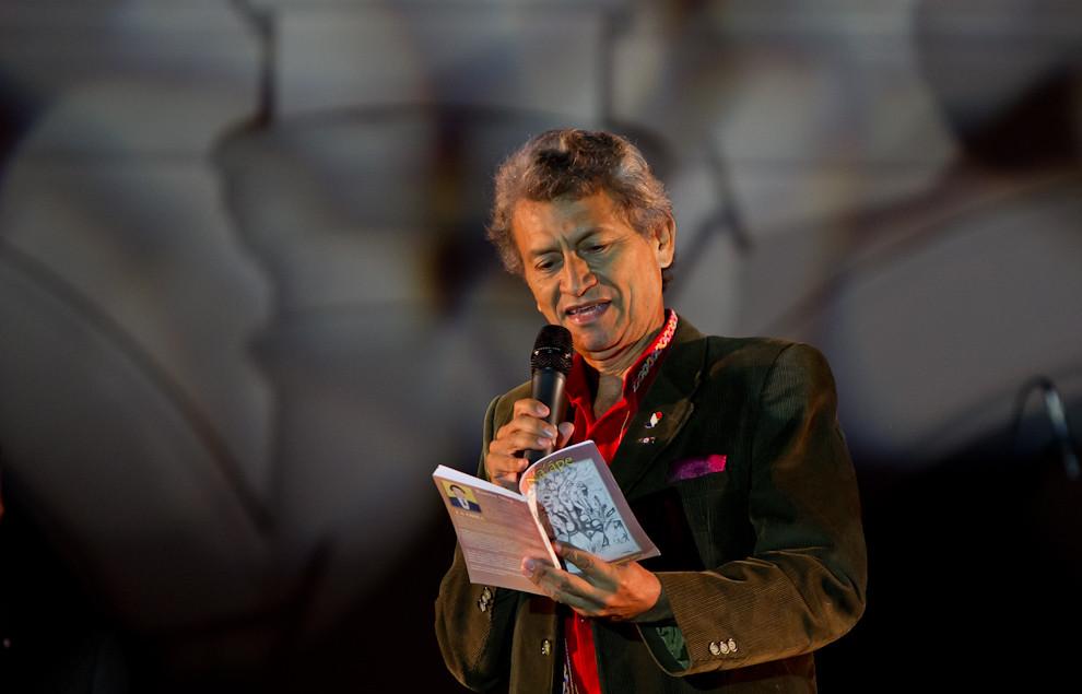 Ramón Silva, una eminencia en la lengua guaraní, recitaba un poema frente al Cabildo, la noche del domingo 15 de mayo. (Tetsu Espósito - Asunción, Paraguay)