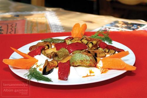 Saray Mahallesi, Galatasaray Caddesi, Uysal Apartmanı altında hizmet veren Yöresel Alanya Ev Mutfağı, yöresel yemeklerin hepsinde olduğu gibi yoğurtlama da oldukça başarılı ve iddialı