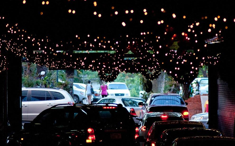 Adornos navideños en el estacionamiento de un conocido Shopping de Asunción. (Elton Núñez - Asunción, Paraguay)