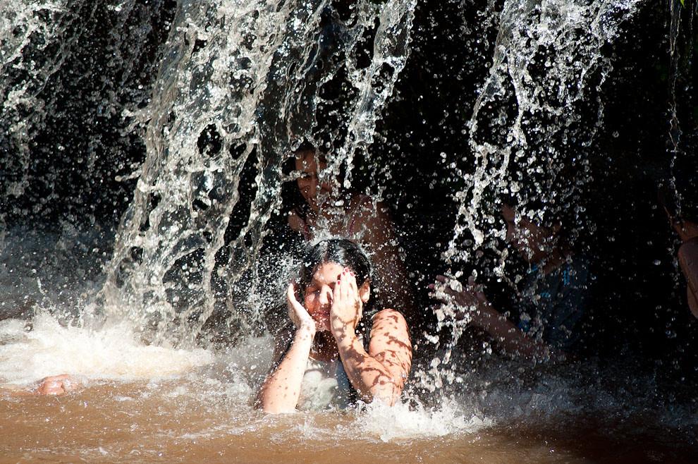 """Una chica goza bajo la cascada de uno de los saltos del Arroyo Yhaguy que pasa por el Balneario """"Jardines de Piraretá"""" correspondiente al Distrito de Piribebuy. (Elton Núñez - Piribebuy - Paraguay)"""