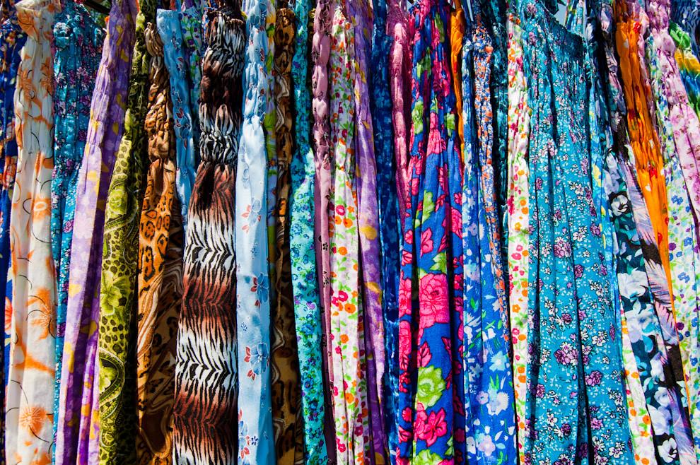 Una inmensa variedad de coloridas prendas de verano son vendidas en las calles de San Bernardino, entre ellos los pareos y los ligeros vestidos de algodón. (Elton Núñez - Ypacaraí - Paraguay)