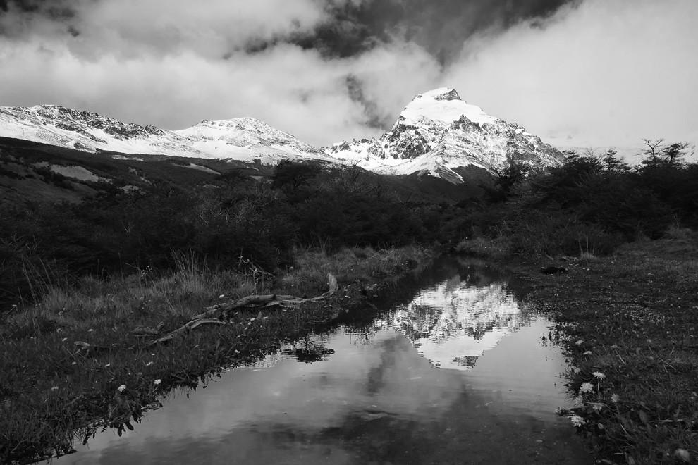La primavera llega, y con ella, el agua se abre camino a través de las rocas durante el deshielo de las montañas. (Guillermo Morales -  Patagonia, Argentina)