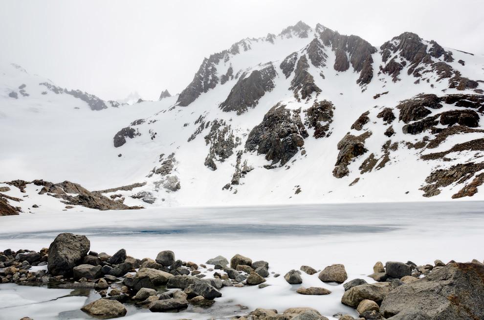 En la cima de la base del campamento Poicenot, una de las tres lagunas, congelada por la temperatura corona un ascenso de 450 metros a 45 grados de elevación. (Roberto Dam - Patagonia, Argentina)