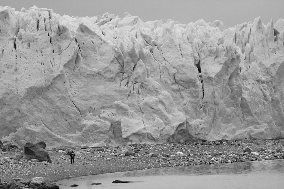 La inmensidad de la pared de hielo detiene la caminata del alpinista, dudoso a seguir su camino. (Guillermo Morales -  Patagonia, Argentina)