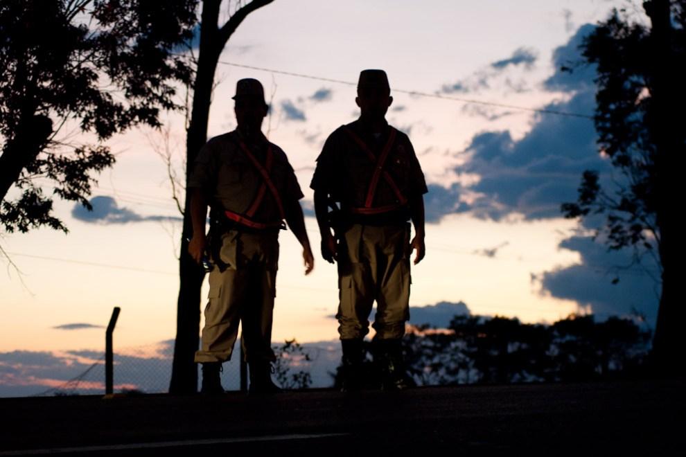 Efectivos de la Policía Nacional cumplen con su tarea de guardar la seguridad de los caminantes y del orden en el transito por la Ruta 2 a la altura del Curuzú Peregrino en la tarde del 7 de Diciembre en pleno atardecer. (Elton Núñez - Caacupé, Paraguay)