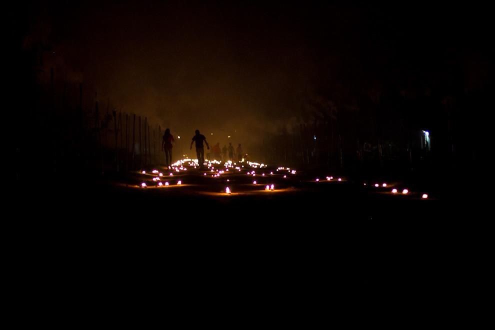 Terminada la procesión el público se retira rumbo al centro de San Ignacio, por el sendero aún iluminado, en el barrio de Tañarandy. (Tetsu Espósito - San Ignacio, Paraguay)