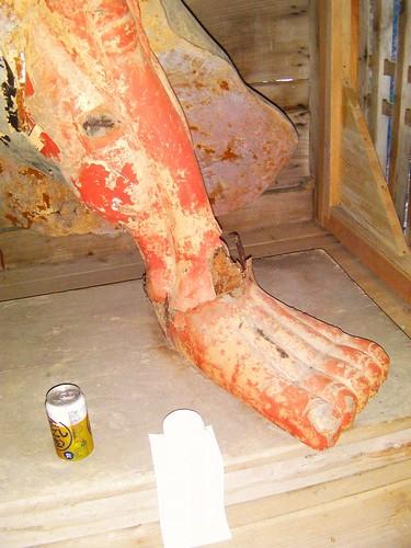 仁王 吽形の足 骨折中