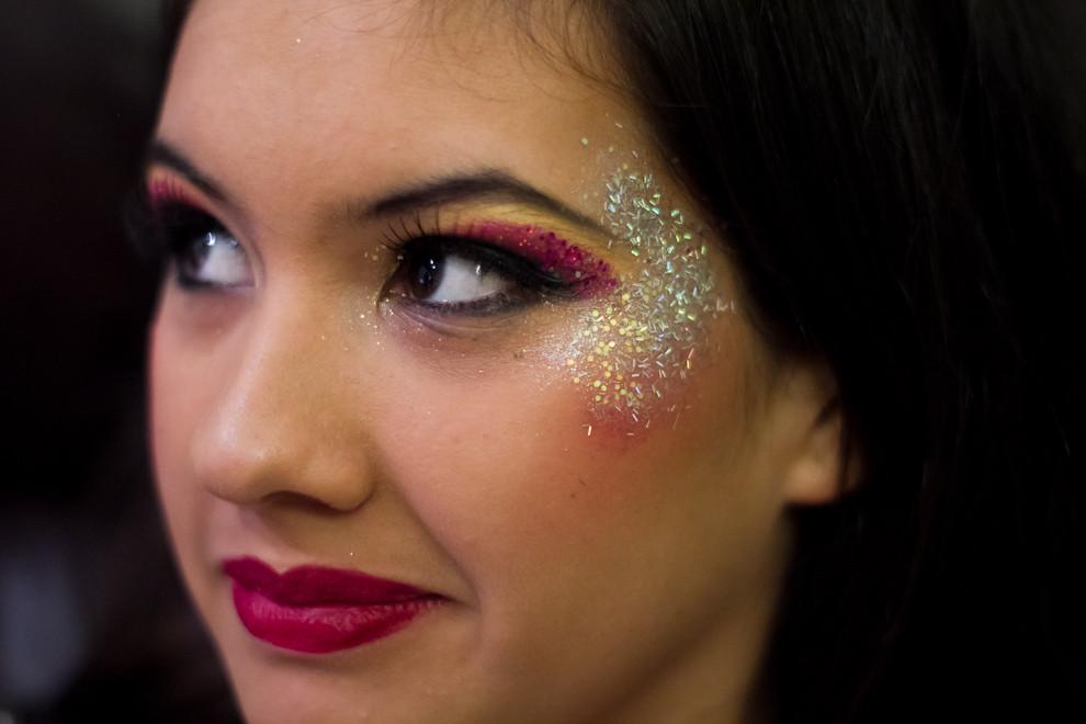Mireya Hauron Lovera, figura destacada del Club Atlético San Juan, representa a Cruella de Vil, espera pacientemente a que sus amigas terminen de ser maquilladas, pintadas, preparativo que se inicia horas antes del inicio del Carnaval. (Tetsu Espósito - Encarnación, Paraguay)