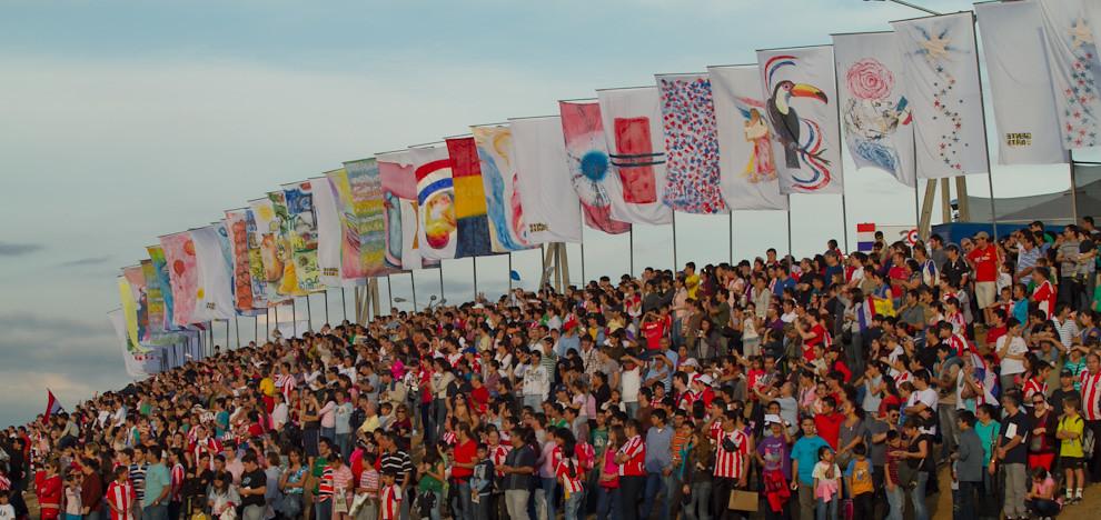 A orillas de la Bahía, una gran masa de gente observaba a los buques extranjeros que pasaban y rendían sus honores a  la Nación por el Bicentenario durante la realización de la Parada Naval, detrás del Palacio de López, en horas de la tarde del sábado 14. (Tetsu Espósito - Asunción, Paraguay)