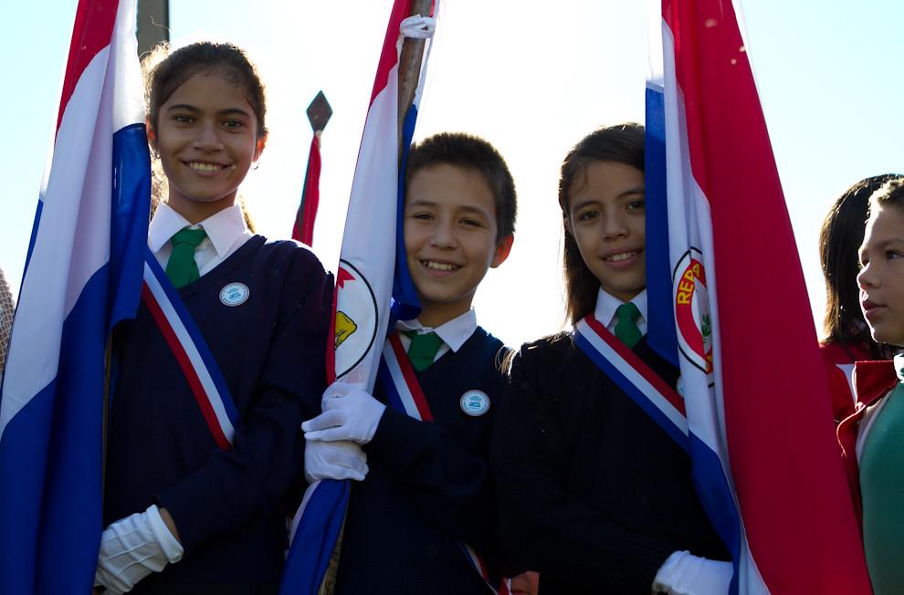 Abanderados de una Escuela en Areguá, participan del acto cultural realizado frente a la vieja estación de tren, en la misma ciudad. (Tetsu Espósito - Asunción, Paraguay)