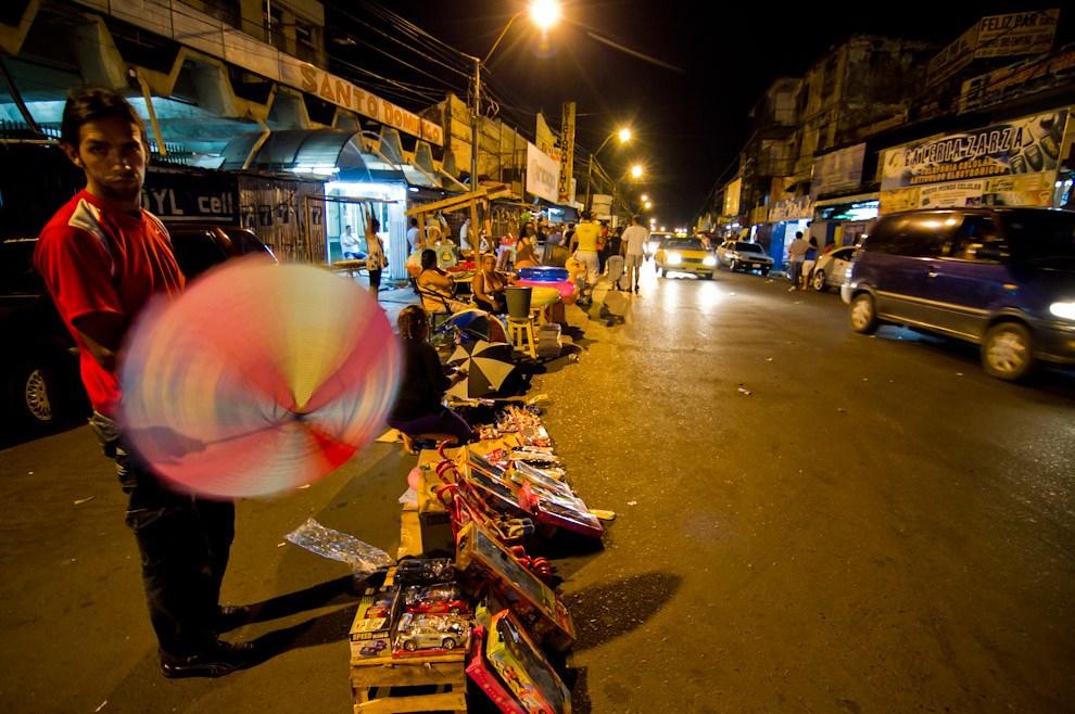 Vendedores ambulantes ofrecían todo tipo de regalos, a altas horas de la madrugada, sobre la Avenida Petirossi, el 6 de Enero, día de Reyes. (Tetsu Espósito - Asunción, Paraguay)
