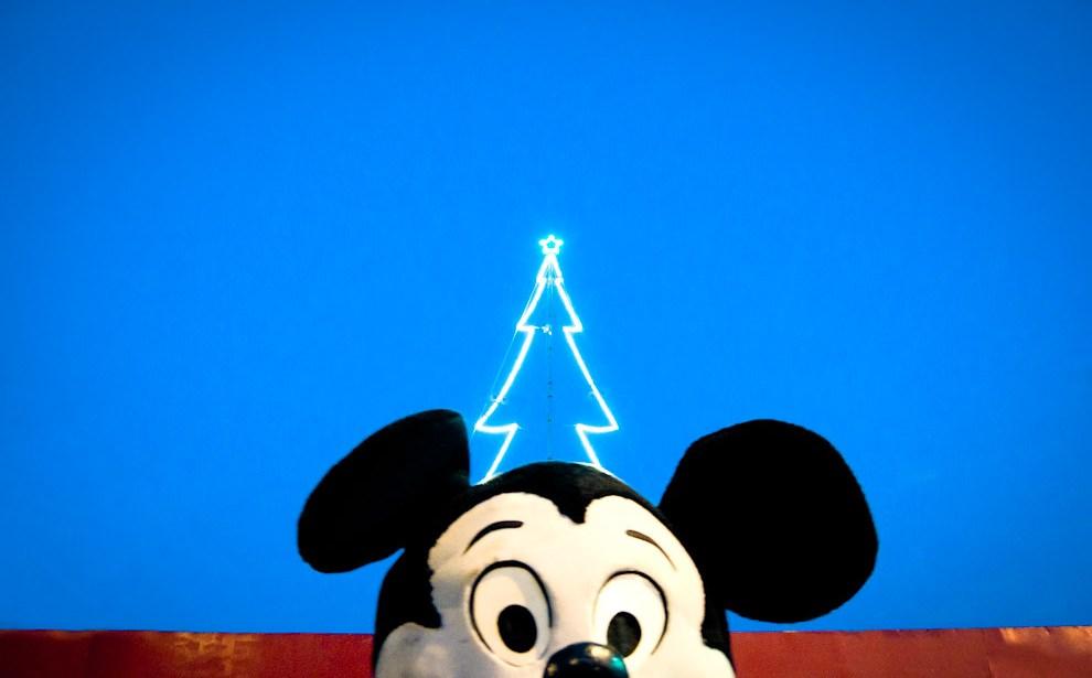 """Un clásico de los tiempos de Navidad, es verle al """"Ratón Mickey"""" frente a la fábrica de panificados y productos alimenticios """"Mickey"""" sobre la Avda Félix Bogado, repartiendo caramelos y sacándose fotos con la gente. (Elton Núñez - Asunción, Paraguay)"""