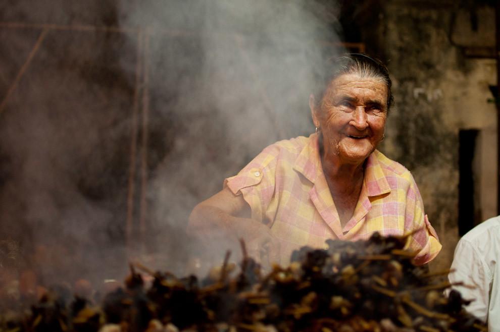 Una formidable señora vendía asaditos en una calle cercana a la basílica de la Virgen de Caacupé en la noche de la víspera de celebración del 8 de Diciembre. (Elton Núñez - Caacupé, Paraguay)