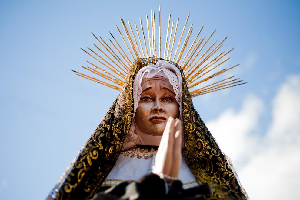 La Virgen María reposa frente a la Capilla del Barrio de Tañarandy esperando que los feligreses la lleven en andas, minutos antes del inicio de la procesión. (Tetsu Espósito - San Ignacio, Paraguay)