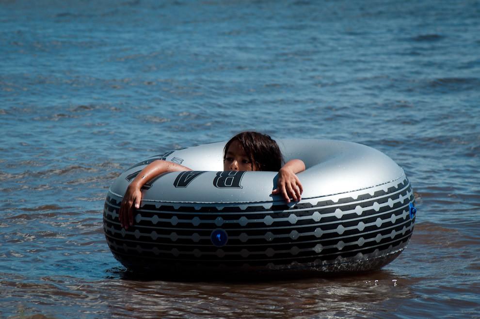 Una niña se divierte con su salvavidas en las aguas del Lago Ypacaraí el domingo 23 de Enero pasado. (Elton Núñez - Ypacaraí, Paraguay)