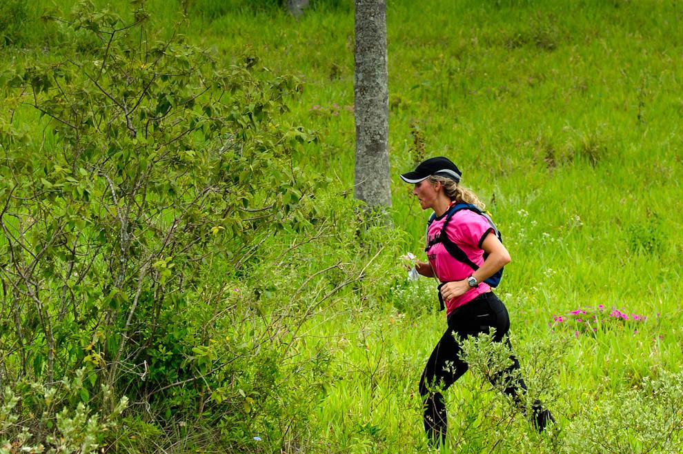 Una mujer participante a un ritmo moderado de trote continúa su carrera (Trekking) hacia el puesto de Control 04 en la zona cercana a la cima del Cerro Naranjo. (Elton Núñez - Piribebuy, Paraguay)
