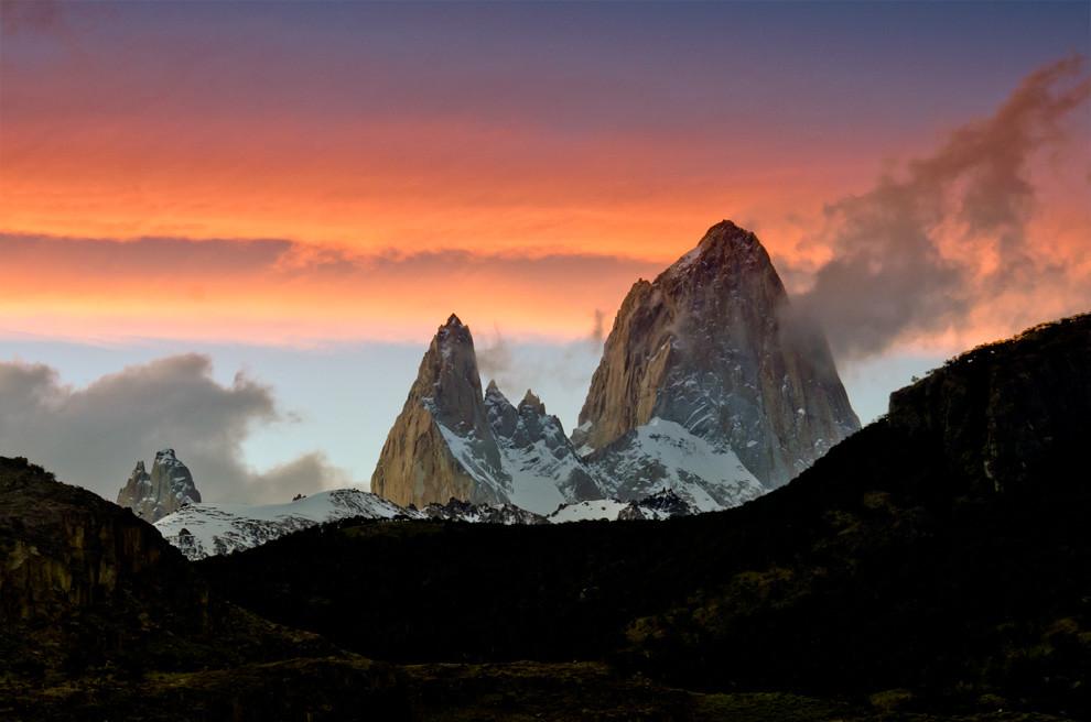 """El amanecer ilumina al Fizt Roy también conocido como Cerro Chalten (""""la montaña humeante"""" en lengua Tehuelche) , la vista más icónica de la región y símbolo de la ciudad del Chalten. (Roberto Dam - Patagonia, Argentina)"""