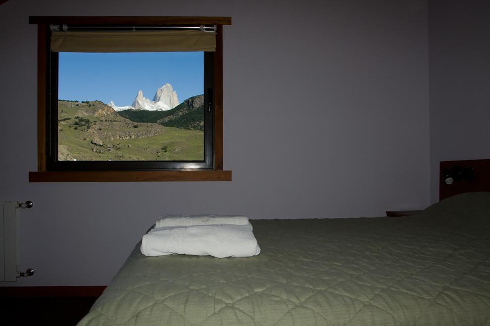 Vista desde la ventana del dormitorio. ¿Para que comprar un cuadro?.  (Guillermo Morales - El Chaltén, Patagonia, Argentina)