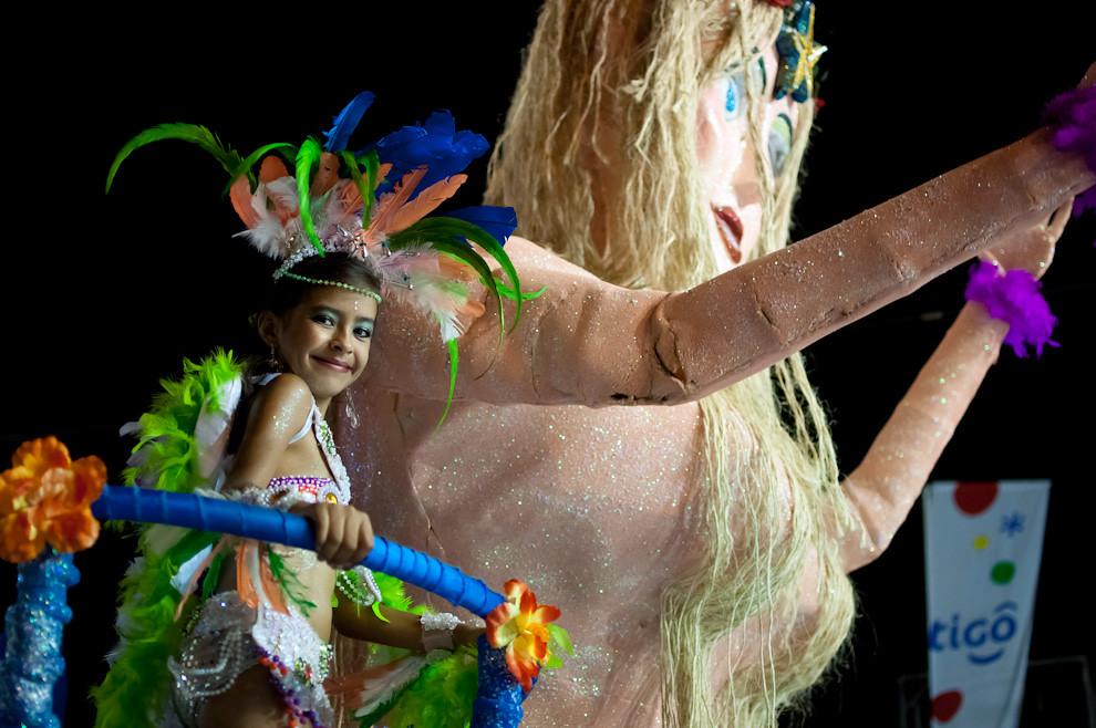 """Una niña del Barrio Bernardino Caballero baila en la carroza de """"Yemanjá"""" la Diosa del Mar consagrado por los brasileños, corresponde a la categoría de alegoría de Barrios del Corso Encarnaceno. (Elton Núñez - Encarnación, Paraguay)"""