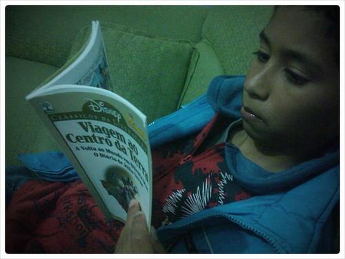 .@Gabriel_spider devorando o livro q o @EnzoBuzz emprestou
