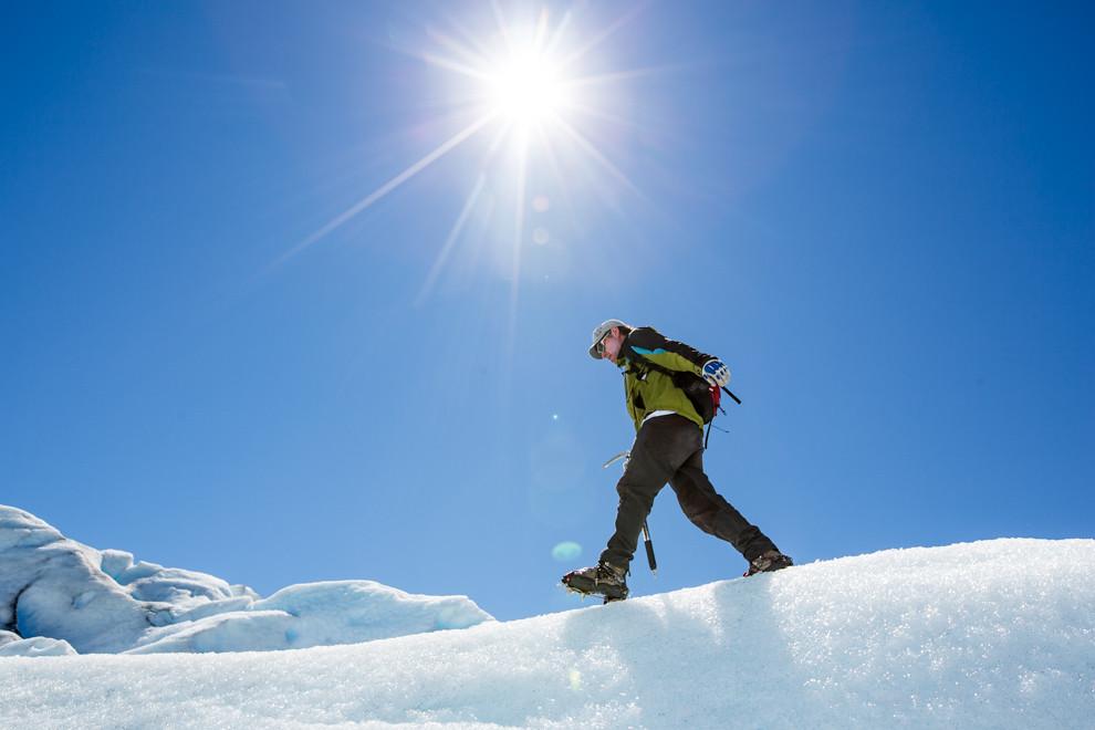 Uno de los guías de trekking demuestra su habilidad mientras explica los distintos cuidados que hay que tener sobre el hielo, durante el recorrido en Perito Moreno. (Tetsu Espósito).