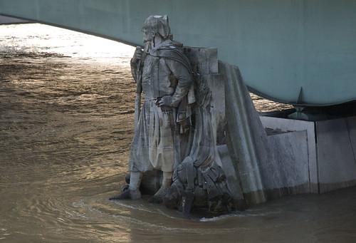 2010.12.26.07 PARIS - Pont de l'Alma, le zouave a les pieds dans l'eau