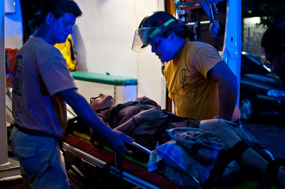 Los bomberos de Sajonia asisten a una anciana que sufrió un accidente en su propia casa. Para estos casos la compañía tiene un móvil para atender pacientes como una ambulancia totalmente equipada, incluso ofrecen el servicio de traslado hasta un hospital cuando no se tiene respuesta inmediata de las entidades de salud que son las establecidas para dar esta clase de servicio. (Elton Núñez).