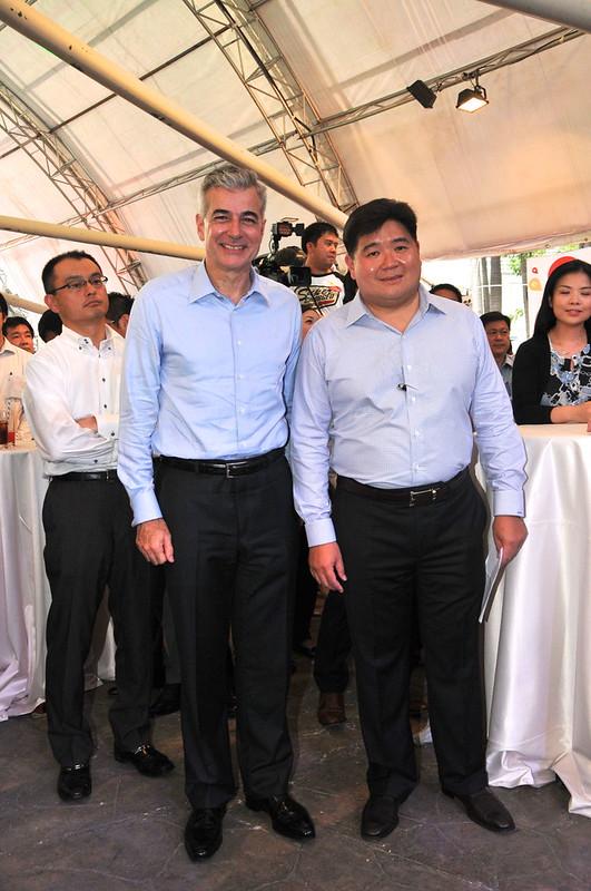 Fernando Zobel de Ayala (Chairman, Ayala Land) and Anton Huang (President, Philippine FamilyMart)
