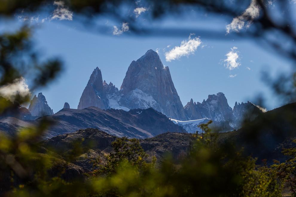 El imponente Fitz Roy o Chaltén, que en lengua tehuelche significa montaña que humea, es una de las atracciones más importantes del pueblo que lleva su mismo nombre y es la capital del trekking argentino. La montaña tiene una altura de 3405 m. y se puede llegar a su base luego de una caminata aproximada de 10 horas, que vale la pena luego de las imponentes vistas que se pueden apreciar.  (Tetsu Espósito).