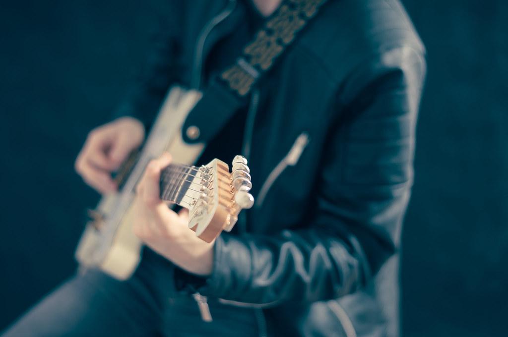 Imagen gratis de un chico tocando la guitarra eléctrica