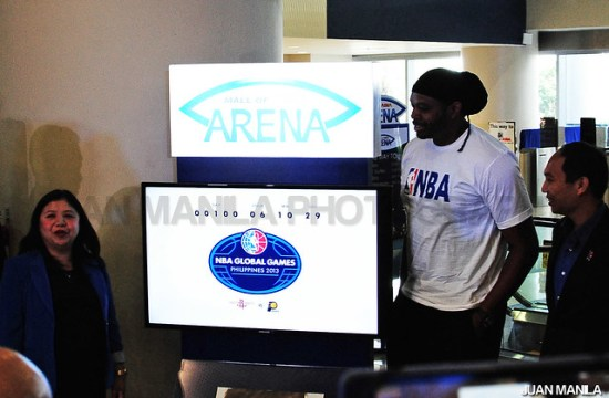 Nicole (Deato) together with NBA Legend, Sam Perkins, Mr. Arnel C. Gonzales, Business Unit Head, Mall of Asia Arena and Mr. Carlo Singson, Senior Director and Country Manager – Philippines, NBA Asia, joined in unveiling the NBA Global Games Philippines 100 Day Countdown timer.
