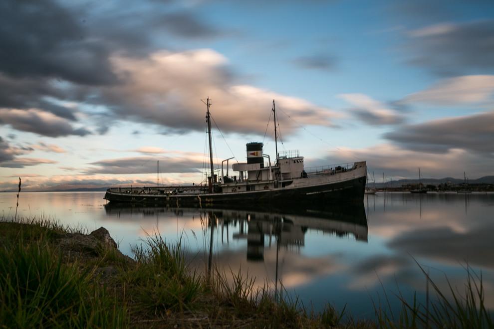 En Ushuaia capital de la Provincia de Tierra del Fuego y  la ciudad más austral del mundo, se encuentra encallado en el puerto este viejo barco. (Tetsu Espósito).