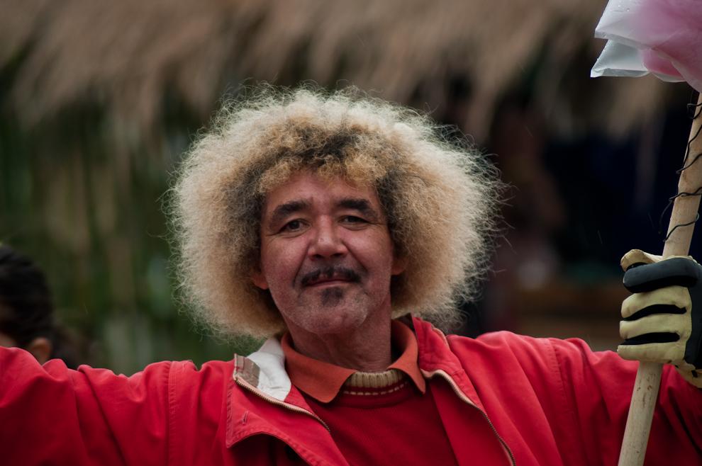 Un vendedor de algodones de azúcar, a quien se le reconoce popularmente con el nombre de 'Valderrama' por su peculiar cabello, ofrece sus productos en las plazas frente al Cabildo el pasado 25 de Junio durante las celebraciones de la Fiesta de San Juan. (Elton Núñez)