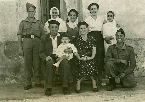 Familia Aranda en la puerta de su casa en Marruecos
