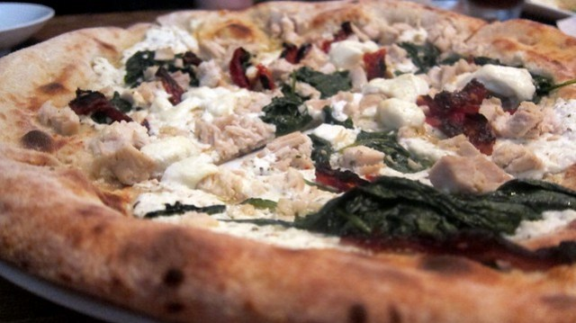 chicken pizza at cibo e beve