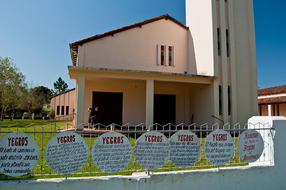 Una vista de la Iglesia de Yegros, mientras que una señora realiza la limpieza para la misa del sábado por la tarde. (Elton Núñez)