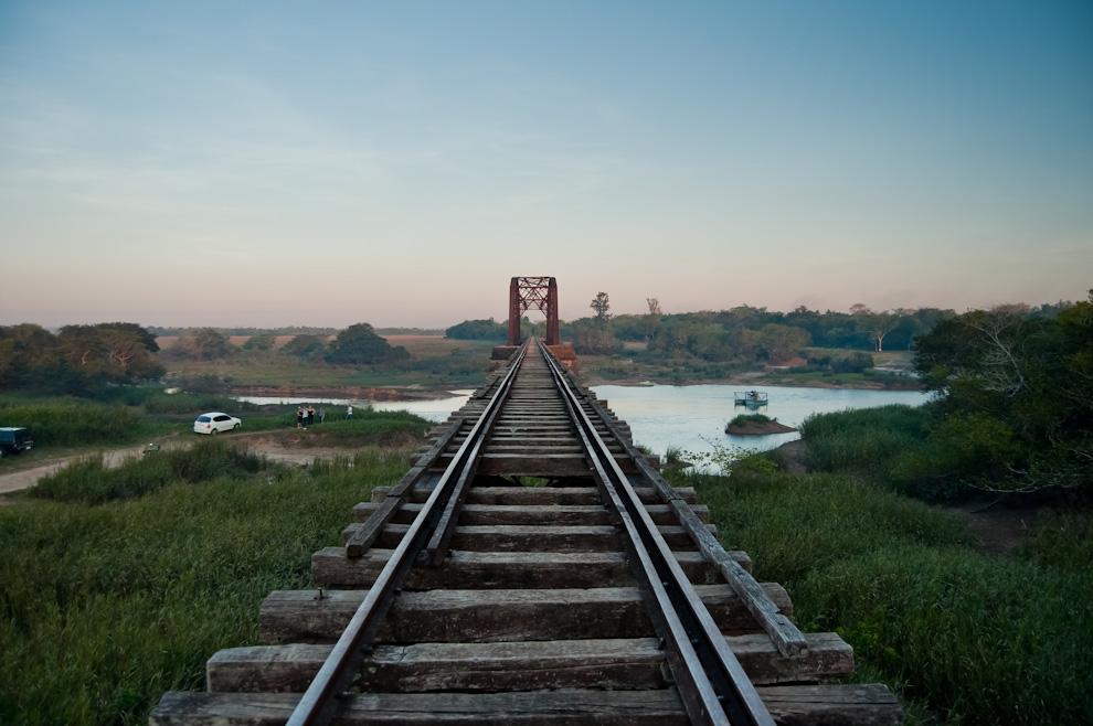 Otra vista del puente del ferrocarril sobre el río Pirapó donde se puede apreciar la antigüedad de sus hierros y maderas. Este puente sigue aún en pie desde 1904 y es considerado patrimonio turístico de Yegros. (Elton Núñez)