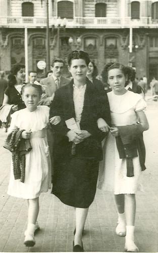 Madre e hijas paseando