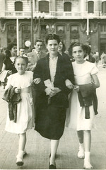 "Madre e hijas paseando • <a style=""font-size:0.8em;"" href=""http://www.flickr.com/photos/57247282@N05/6244698586/"" target=""_blank"">View on Flickr</a>"